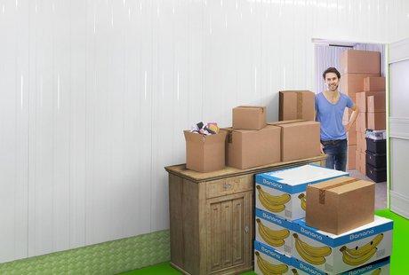 Bild Umzugskisten vor Lagerraum für temporäres Einlagern