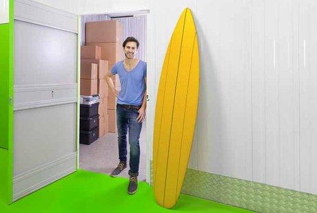 Bild: Nahaufnahme Mehr Platz für Freizeit schaffen Surfboard vor Lagerraum